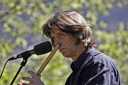 Fløytespilleren Steinar Ofsdal spiller fløyte med nesa under den årlige folkemusikkuka på Ål i Buskerud. Folkemusikk, musikk, fløyter, musiker.