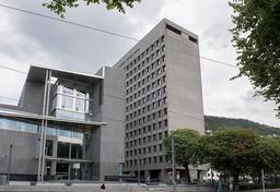 Oppussingen av rådhuset i Bergen (til høyre) sprekker med 180 millioner kroner. Foto: Marit Hommedal / NTB