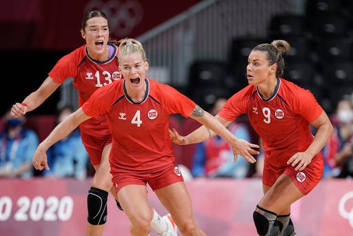 Kari Brattset Dale (bak), Veronica Kristiansen (midten) og Nora Mørk kjørte rundt med Sverige i OLs bronsefinale. Foto: Stian Lysberg Solum / NTB