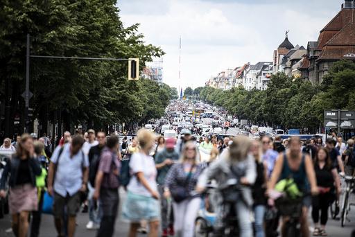 Demonstranter i Bismarckstrasse i Berlin søndag. Foto: Fabian Sommer / DPA via AP / NTB