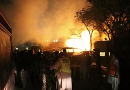 Hjelpetjenester ankommer åstedet der en bilbombe gikk av utenfor hotellet Serena i den pakistanske byen Quetta. Kinas ambassadør til Pakistan skal ifølge den pakistanske regjeringen ha vært mål mot angrepet, men Kinas delegasjon befant seg ikke på hotellet da bomben gikk av. Islamistgruppen TTP har tatt på seg skylden for angrepet. Foto: Arshad Butt / AP / NTB