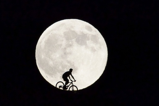 SUPERMOON RISES IN FUERTEVENTURA