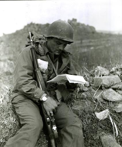 Korea-Krieg, US-Soldat liest Brief aus der Heimat/Foto 1951 - Korean War, US soldier reading letter -