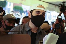 President Nayib Bukele står klar til å legge sin stemmeseddel urnen under søndagens valg i El Salvador. Foto: Salvador Melendez / AP / NTB