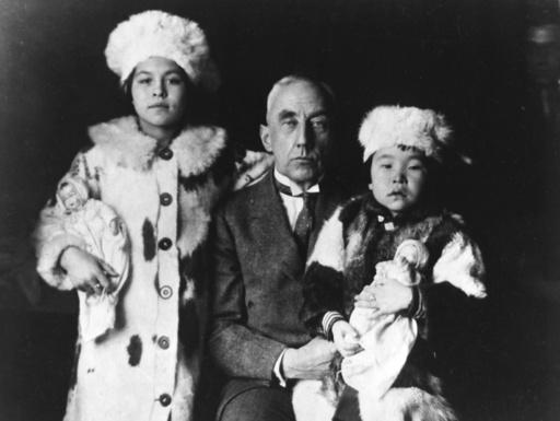 Roald Amundsen mit Eskimokindern - Roald Amundsen with Eskimo children - Roald Amundsen avec deux petits eskimos