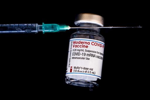 Vaksineprodusentene Pfizer og Biontech har rapportert om «oppmuntrende data» etter forsøk og antyder at det kan være nødvendig å gi en tredje dose av vaksinen mellom seks og tolv måneder etter andre dose. Foto: Terje Pedersen / NTB