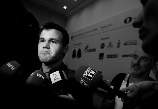 Magnus Carlsen møter pressen etter han spilte mot Viswanathan Anand i det andre partiet i sjakk-VM søndag.
