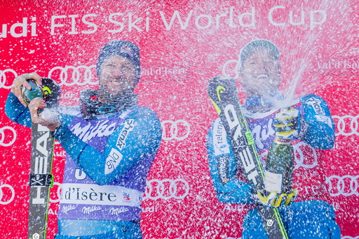 Kjetil Jansrud og Aksel Lund Svindal spayer med champagne etter at det ble dobbelt norsk i Super-G i Val D´isere fredag.