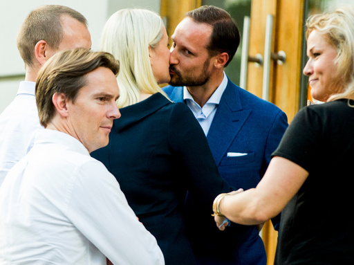 Kronprinsesse Mette-Marit og kronprins Haakon kysser utenfor Litteraturhuset i Oslo fredag kveld.