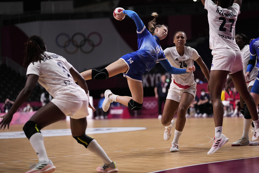 ROCs Polina Vedekhina (i blått) i OL-finalen mot Frankrike. Foto: Pavel Golovkin, AP / NTB