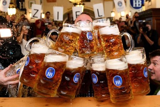 New world record in beer mug lifting