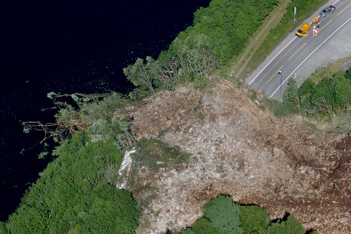 Et stort ras har gått over E16 ved Hyvingstunnelen i Voss kommune. En trailer fra Asko Vest ble truffet av deler av steinmassene. Veien vil bli stengt i lang tid framover.