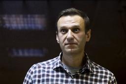 Den russiske opposisjonslederen Aleksej Navalnyj, her fotografert i et bur i rettssalen under et rettsmøte i en domstol i Moskva i februar. Foto: Aleksandr Zemljanitsjenko / AP / NTB
