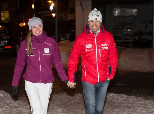 VM i skiskyting 2017. Bjørndalen og kona feirer medaljene