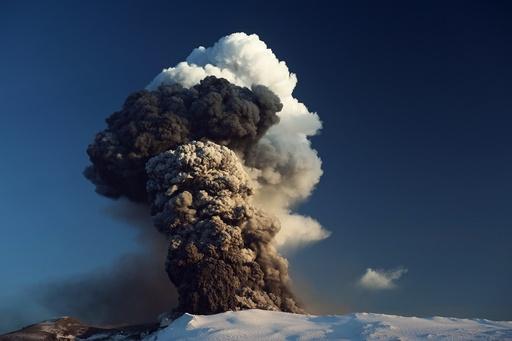 Vulkan. Vulkanutbrudd på Eyjafjallajökull. Island.
