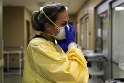 Sykehusene er i ferd med å fylles opp, helsearbeiderne er utslitt og USA opplever flere dødsfall enn de gjorde i april. Foto: Jeff Roberson/AP/NTB