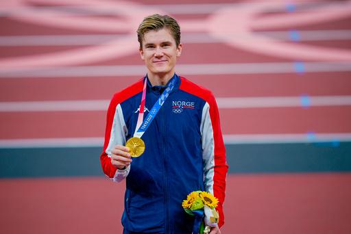 Jakob Ingebrigtsen med gullmedaljen fra 1500-meteren. Foto: Stian Lysberg Solum / NTB