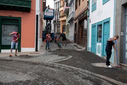 Innbyggere feier aske fra gatene i Santa Cruz de la Palma mandag. Foto: Saul Santos / AP / NTB