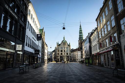 Det var ikke mange å spore i den kjente handlegata Strøget i København tirsdag. Foto: Emil Helms / Ritzau Scanpix via AP/NTB