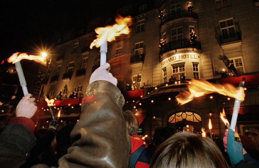 NOBEL SUPPORTERS WAVE TORCHES AT OSLO HOTEL BALCONY