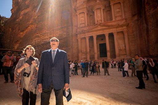 I januar i fjor besøkte kong Harald og dronning Sonja oldtidsbyen Petra i Jordan. Ett år og en pandemi senere er de vaksinert mot covid-19. Foto: Heiko Junge / NTB
