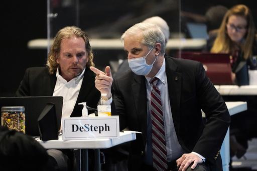 Delstatssenator Bill DeSteph i Virginia (t.v.) lytter til senator Mark Obenshain, under debatten om dødsstraff. Foto: Steve Helber / AP / NTB