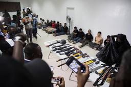 Colombianske leiesoldater som er pågrepet for drapet på Haitis president og våpnene de angivelig brukte. Foto: Joseph Odelyn / AP / NTB