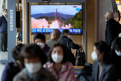 Nyheten om prøveskytingen ble viet stor oppmerksomhet i sørkoreanske medier, her fra en TV-sending som brukte arkivfoto av en tidligere oppskyting. Foto: Lee Jin-man / AP / NTB
