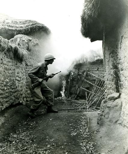 Korea-Krieg / US-Soldat auf der Suche nach Heckenschützen - Korean War, US soldier, Korean village -
