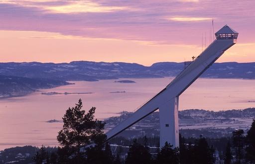 Holmenkollbakken sett i profil. Turistattraksjon. Oslofjorden og Fornebu bak. Holmenkollen, Oslo.