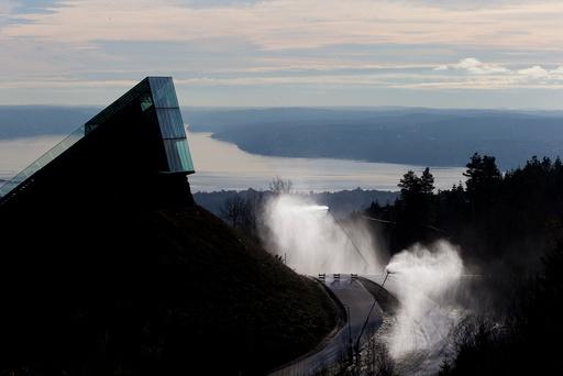 Snøkanonene produserer snø til skiløyper i Holmenkollen.