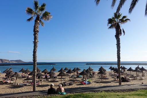 Folk på stranden i Los Cristianos på Tenerife i Spania. Illustrasjonsfoto: Marianne Løvland / NTB scanpix