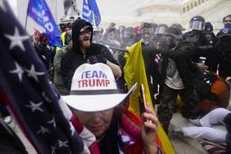 Fullt kaos brøt ut da Trump-tilhengere stormet den amerikanske Kongressen onsdag 6. januar. Neste uke kan president Donald Trump felles i riksrett for å ha oppildnet til opprør. Foto: John Minchillo / AP / NTB
