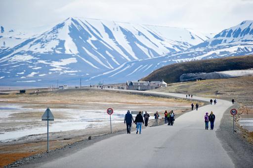 Turister i Longyearbyen sommeren 2015. I år ventes det lav turisme grunnet koronapandemien. Foto: Jon Olav Nesvold / NTB scanpix