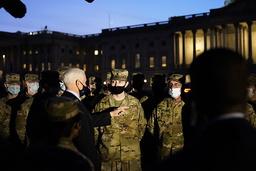 Visepresident Mike Pence hilser på medlemmer av nasjonalgarden som vokter Kongressen i forkant av innsettelsen av Joe Biden som president neste uke. Foto: Alex Brandon / AP / NTB