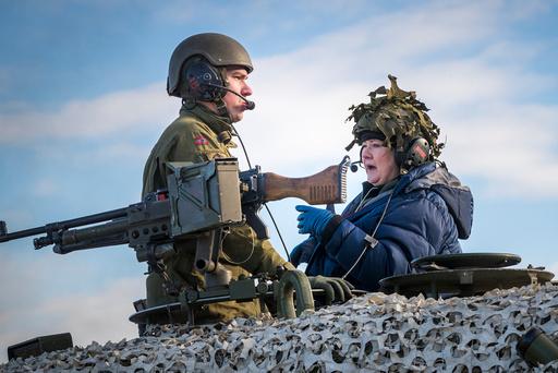Statsminister Erna Solberg fikk sitte på i en Leopard 2 stridsvogn da hun besøkte Brigade Nord og Panserbataljonen i Røros-området i forbindelse med militærøvelsen Trident Juncture på Røros lørdag.