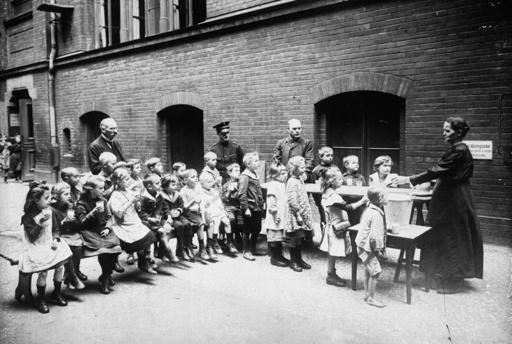 Heilsarmee, Speisung von Kindern / Foto - Salvation Army / Food for Children - Religion / sectes, églises libres, entre autres : armée du S