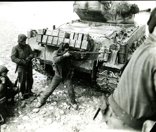 Korea-Krieg / US-Soldat geht in Deckung hinter Panzer/ Foto - Korean War, US soldier takes cover -