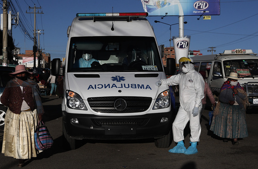 En ambulanse på vei til sykehus i La Paz med en koronapasient. Foto: Juan Karita / AP / NTB scanpix