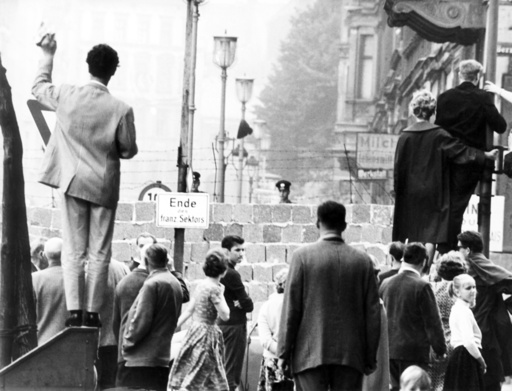 Families wave at relatives across Berlin Wall