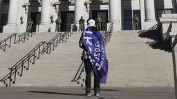Frykten for massive demonstrasjoner i forbindelse med innsettelsen av Joe Biden som president, viste seg å være ubegrunnet. Denne enslige Donald Trump-tilhengeren tok oppstilling utenfor kongressbygningen i Salt Lake City onsdag. Foto: AP / NTB