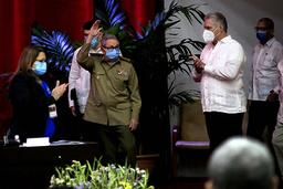 Raul Castro (i midten) varslet i helgen at han gikk av som førstesekretær for kommunistpartiet i Cuba. Nåværende president Miguel Díaz-Canel (t.h.) tar over. Foto: Ariel Ley Royero, ACN via AP / NTB
