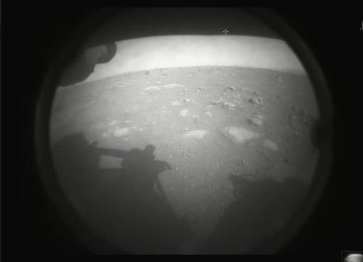 Det første bildet som Perserverance tok etter landingen, viste litt av overflaten på Mars på landingsstedet i Jezero-krateret. Foto: Nasa via AP / NTB