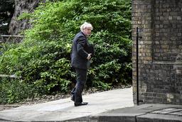 Statsminister Boris Johnson på vei til Downing Street tidligere mandag. Foto: Alberto Pezzali / AP / NTB