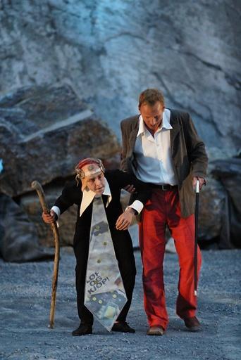 Peer Gynt av Grenland Friteater og Teater Ibsen. PIT 2003. Den eldre Peer møter igjen Dovregubben. Skuespillere er Olav Hanto og Ola Otnes. Steinbruddet på Bjørntvedt, Porsgrunn.