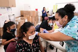 Olga Perez i Florida var en av 4,6 millioner mennesker som fikk en dose koronavaksine i USA lørdag. Foto: AP / NTB