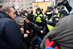 Politiet i Stockholm forsøkte å stanse en demonstrasjon mot koronarestriksjoner, arrangert av gruppen Frihet Sverige. Foto: Henrik Montgomery/TT / NTB
