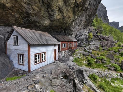 Helleren, hus under fjell i Jøssingfjord, Sokndal, Rogaland. Gammel boplass. Bosetting.
