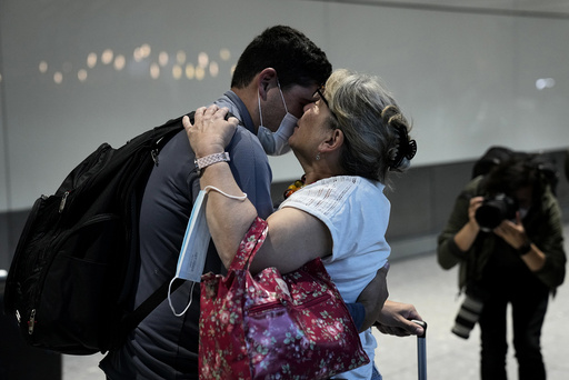 Karen Tyler kysser sønnen sin Jonathan. De to har ikke sett hverandre på halvannet år. Foto: Matt Dunham / AP / NTB