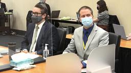 Den tiltalte, Derek Chauvin (t.h.), sammen med forsvareren Eric Nelson i rettssalen mandag. Foto: AP / NTB